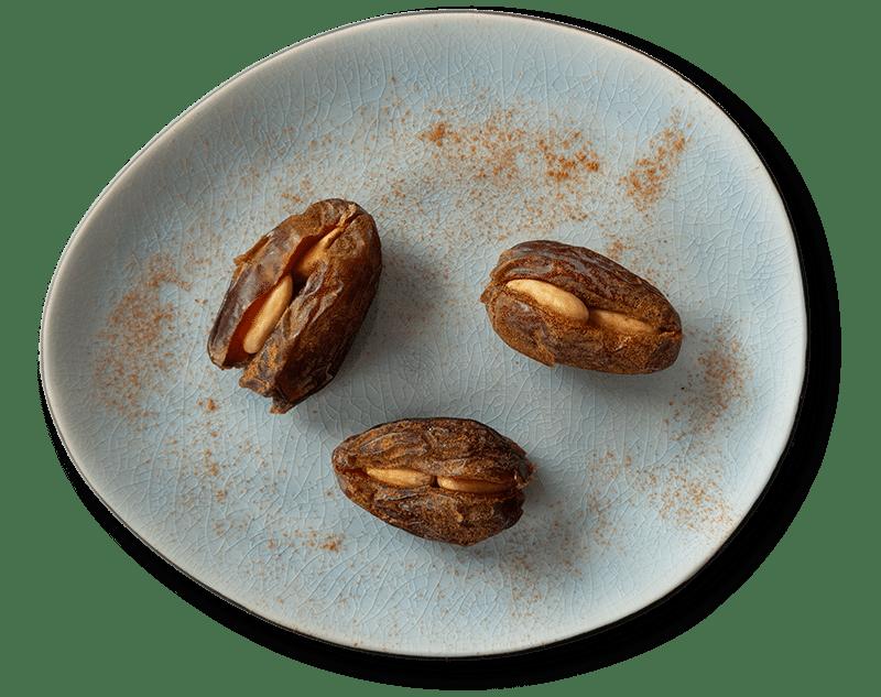 Premium Medjool Datteln gefüllt mit Mandeln auf Teller