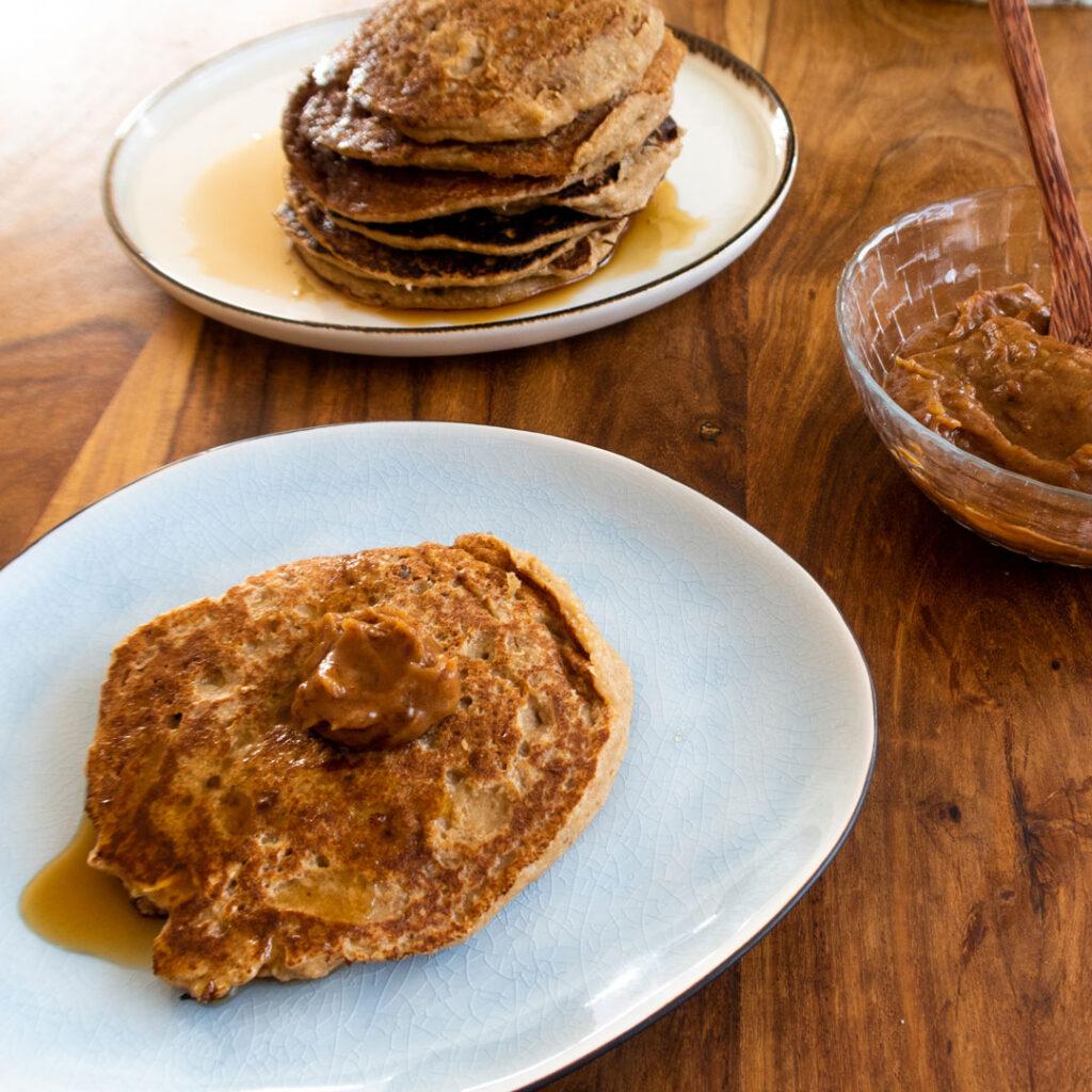 Pancakes mit Dattel Karamell Creme bestrichen