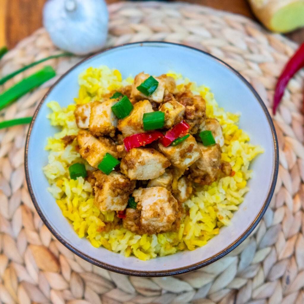 Marinierter Tofu mit Reis und der Süße der Medjool Datteln