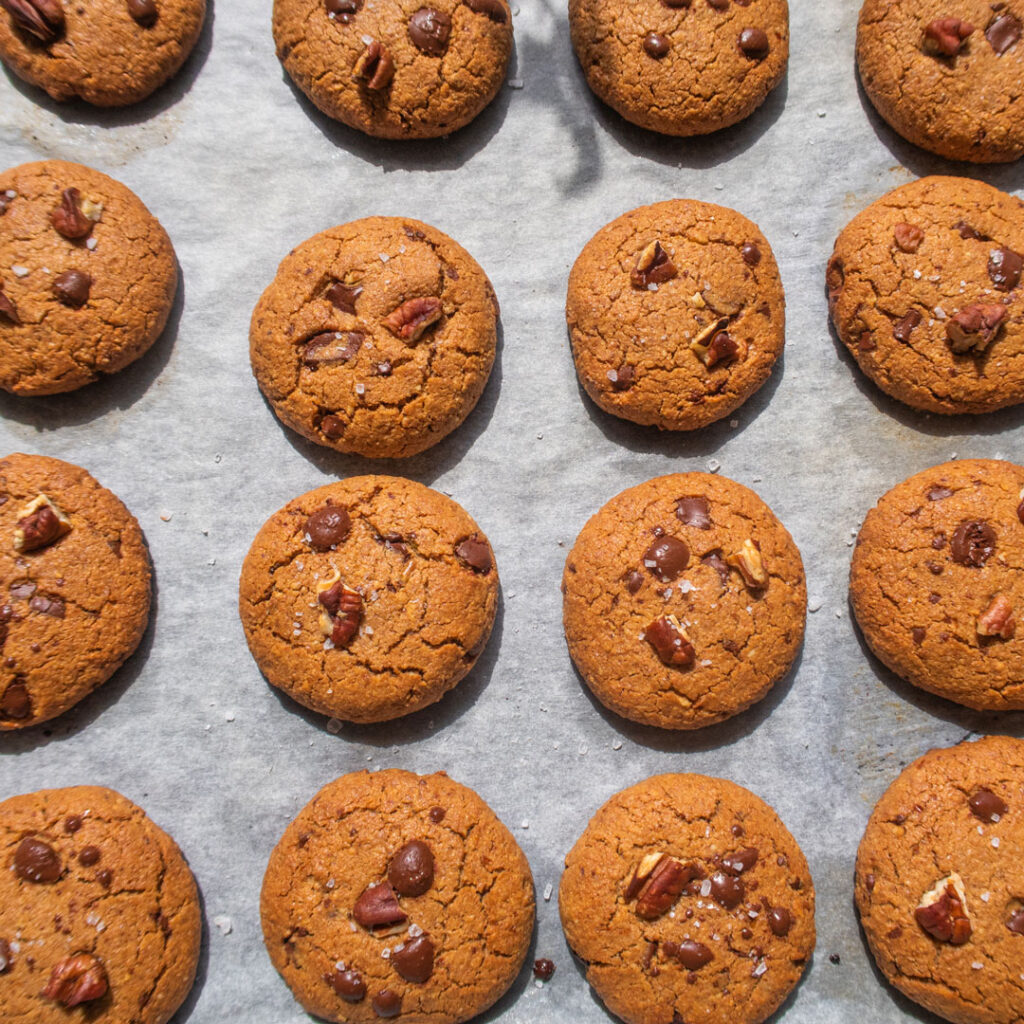 Pekan-Schoko-Kekse auf einem Backblech